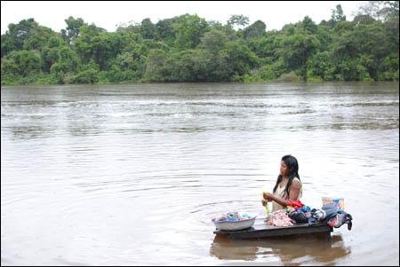 For xikrin-folket er elva selve livsåren. Fra elva får de vann, her bader de, fisker, vasker klær og navigerer. Belo Monte vil kutte vannveien deres til nærmeste by. Landsbyen har blitt lovet en bilvei, som ennå ikke har blitt bygget. Veier i regnskogen er forbundet med økende avskoging og flere inntrengere på urfolkenes områder, som ulovlige gullgravre og tømmermenn, foto: Marte Skaara