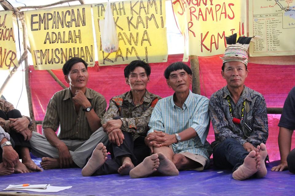 Penan samla på et møte på en av damblokkadene som lokalbefolkningene har satt opp, foto: Tora Systad Tyssen