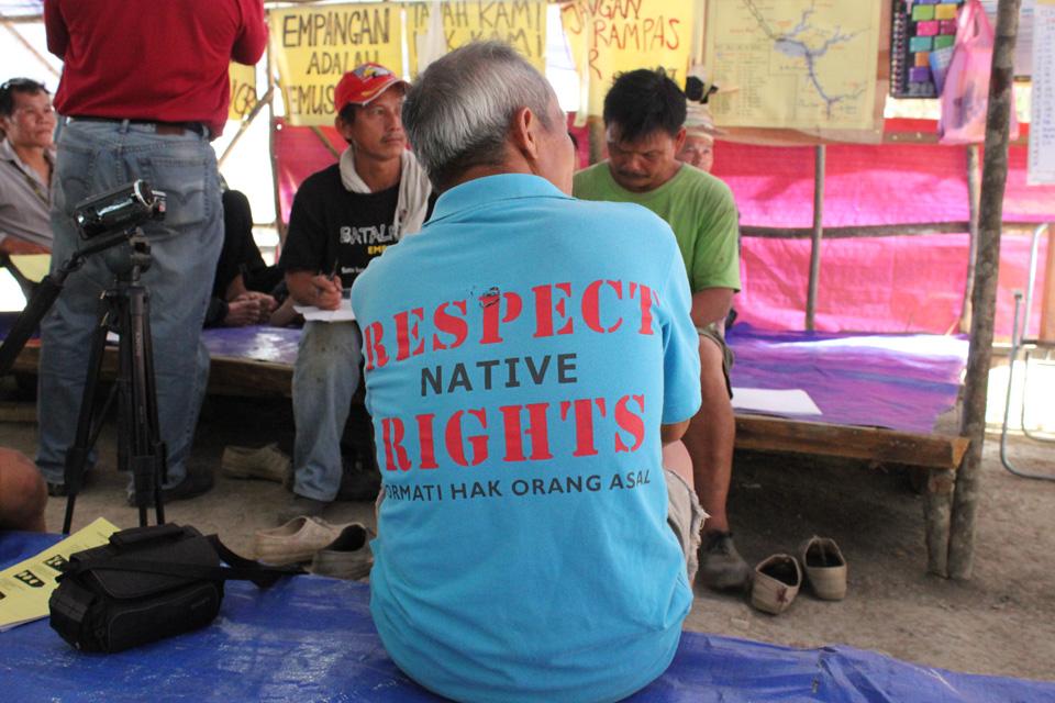 Urfolk som bor i områder som vil rammes av Baram-dammen har satt opp blokkader for å hindre anleggsmaskiner å komme til. Bildet viser et møte på en av blokkadene. Foto: Tora Systad Tyssen