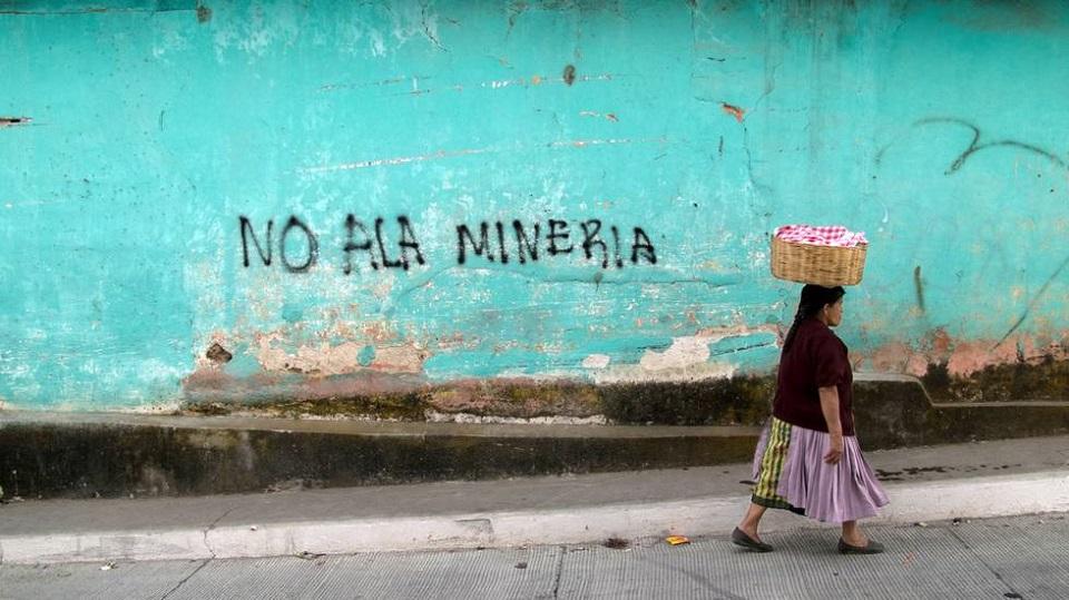 Gatebilde fra Guatemala. På veggen er ordne «Nei til gruvedriften» påmalt, foto: FIAN Norge