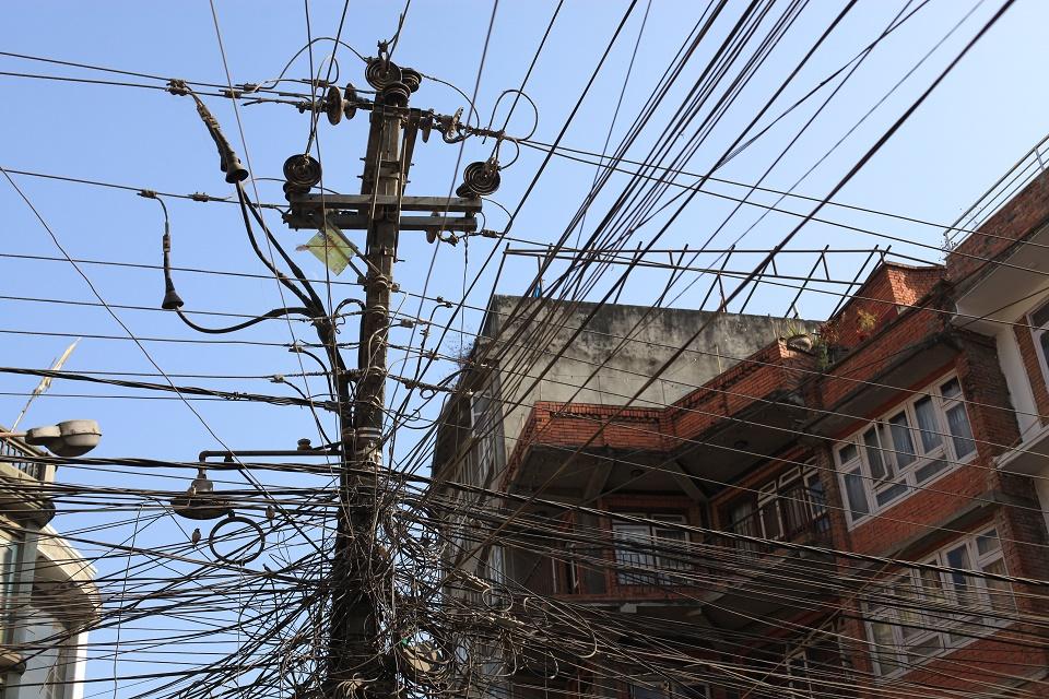 Kreativ straumforsyning i Kathmandu, hovestaden i Nepal. Saman med Etiopia, Liberia, Mosambik, Tanzania, Uganda og Aust-Timor har Nepal vore satsingsland for den norske bistanden til rein energi. Foto: Ingvild Nilsen