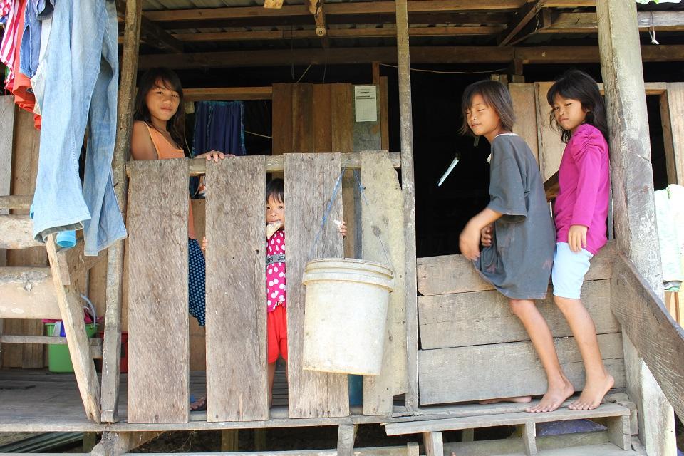 Fire jenter i ein av penan-landsbyane som hamnar under vatn dersom Baram-dammen vert bygd, foto: Tora Systad Tyssen