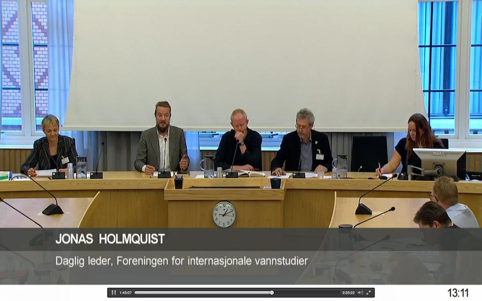 Daglig leder i Fivas, Jonas Holmqvist, i høring om statsbudsjettet i utenriks- og forsvarskomiteen på Stortinget. Skjermdump fra Stortingets nett-tv.