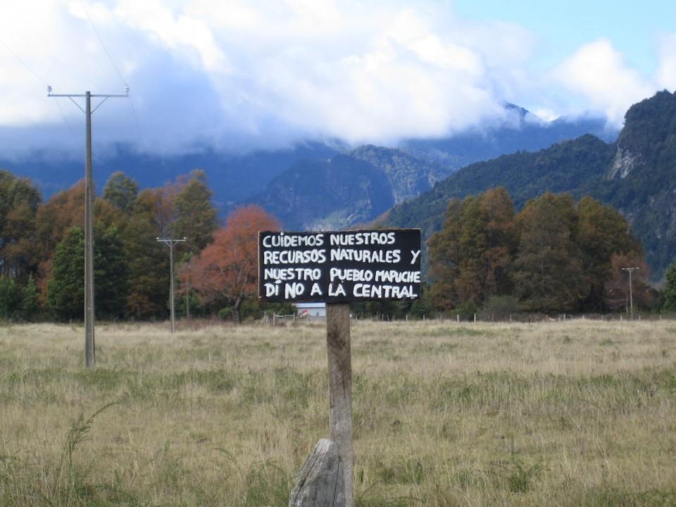 """""""Vi må beskytte våre naturressursar og mapuche-folket. Sei nei til demningar"""" står det på dette skiltet i Coñaripe kor Statkraft tidlegare var involvert gjennom SN Power. Statkraft har no seld seg heilt ut av dette prosjektet."""