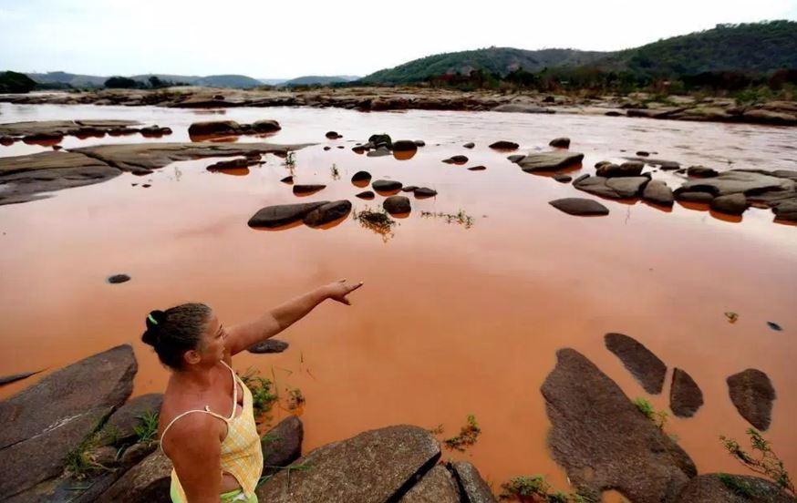 Kvinne ved Rio Doce, foto: Bruno Alencastro