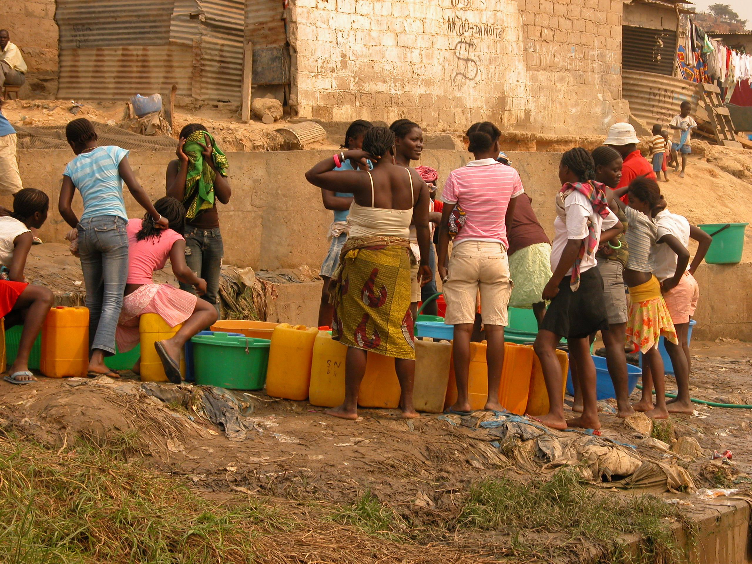 Kvinner venter på vann, Angola_IRIN