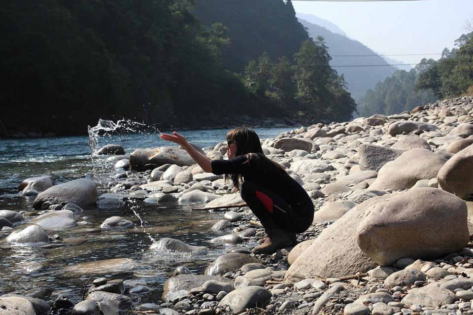 Noverande informasjonsmedarbeider Tora Systad Tyssen ved Tamakoshi-elva i Nepal kor Statkraft inntil nyleg hadde planar om å bygge ut eit vasskraftanlegg. Foto: Ingvild Nilsen.