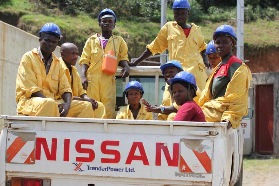 Arbeidere ved vannkraftverket i Uganda. Foto: Fivas